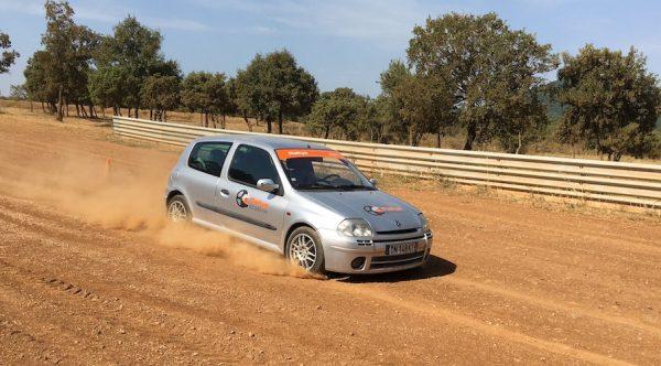 Clio RS sur circuit terre de Saint Brès à côté d'Alès